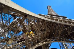 Levante en torre Eiffel Imágenes de archivo libres de regalías