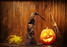 Levante la cara de la calabaza de Halloween de las linternas de o en fondo de madera Fotografía de archivo libre de regalías