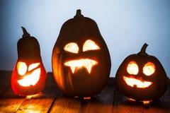 Levante la cara de la calabaza de Halloween de las linternas de o en fondo de madera Imagen de archivo