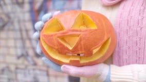 Levante la linterna del ` de o en mano del ` s de la muchacha en Halloween metrajes