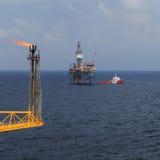 Levante la plataforma de perforación para arriba, el auge de la llamarada, y el barco del equipo Fotografía de archivo