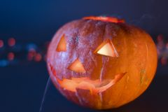 Levante las calabazas de Halloween de la linterna de O, velas ardientes Símbolo de Víspera de Todos los Santos fotos de archivo libres de regalías