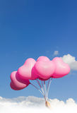 Levante o coração para o conceito do céu com mão e balões Imagens de Stock Royalty Free