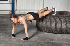 Levante o exercício em um treinamento do crossfit do pneu Imagem de Stock Royalty Free