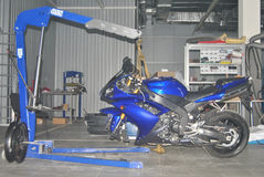 Levante para reparar a motocicleta Imagem de Stock Royalty Free