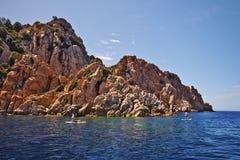 Levante-se o embarque da pá ao longo das rochas de Calanques de Piana Fotos de Stock Royalty Free
