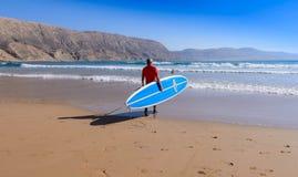 Levante-se o surfista da pá em uma ruptura da ressaca em Marrocos 3 Imagem de Stock Royalty Free