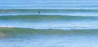 Levante-se o surfista da pá em uma ruptura da ressaca em Marrocos Imagens de Stock Royalty Free