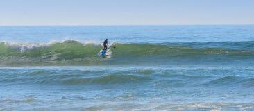 Levante-se o surfista da pá em uma ruptura da ressaca em Marrocos 2 imagem de stock royalty free