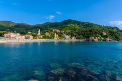 Levanto - stad i Liguria, n?stan Cinque Terre i Italien Historisk gammal stad f?r scenisk medelhavs- riviera kust med f?rgrikt royaltyfri foto