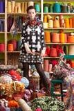 Levarsi in piedi degli aghi di lavoro a maglia della holding della donna fotografia stock