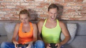 Leve di comando emozionali del gioco della donna e dell'uomo nella console, fanno concorrenza e fanno i fronti divertenti pazzi 4 archivi video