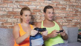 Leve di comando emozionali del gioco della donna e dell'uomo nella console, fanno concorrenza e fanno i fronti divertenti pazzi 4 video d archivio