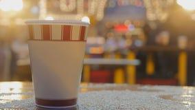 Leve embora o copo de café no mercado do Natal vídeos de arquivo