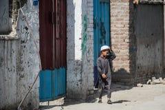 Levende het dorp van Afghanistan en schoten in Jalalabad in het midden het vechten seizoen stock foto's