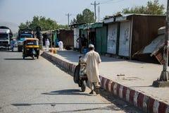 Levende het dorp van Afghanistan en schoten in Jalalabad in het midden het vechten seizoen stock foto