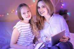 Levende mamma en dochter die van tijd samen genieten Royalty-vrije Stock Foto