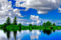 Levendig blauw en groen landschap royalty-vrije stock afbeeldingen
