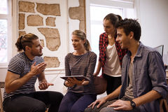 Levendig commercieel team in het inspireren van bespreking Stock Foto's