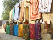 Levendig Kleurendekens en Mats Displayed voor het Verkopen, Rajasthan, India royalty-vrije stock foto