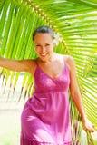 Levendig smileymeisje met bloem in haar haar Stock Foto's