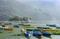 Levendige die kleurenboten in Phewa-meer worden geparkeerd Royalty-vrije Stock Afbeeldingen