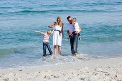 Levendige familie die pret heeft bij het strand Royalty-vrije Stock Afbeelding