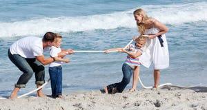 Levendige familie speeltouwtrekwedstrijd Royalty-vrije Stock Afbeelding