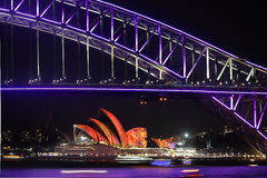 Levendige festiv van Sydney Harbour Bridge en van Sydney Opera House duirng Royalty-vrije Stock Afbeelding