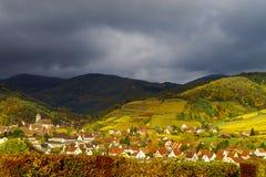 Levendige kleuren van de herfstwijngaarden in Andlau, de Elzas Stock Foto's