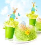 Paaseieren met konijntjesspeelgoed Stock Foto's