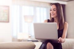 Levendige laptop van de vrouwenholding stock afbeeldingen