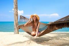 Levendige mooie vrouw in hangmat Royalty-vrije Stock Afbeeldingen
