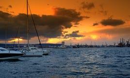 Levendige oranje hemel over de haven Stock Afbeeldingen