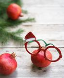 Levendige rode de bril van Kerstmisgranaatappels rode groene witte glas royalty-vrije stock fotografie