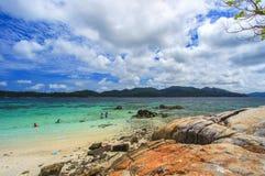 Levendige scène van een kust aan een overzees Royalty-vrije Stock Foto's