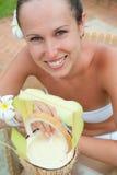 Levendige vrouw met melkcocktail Stock Afbeeldingen