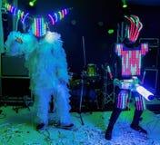 Levensgrote marionetten in de vorm van robots op een stadium Grappige amateurdans stock fotografie