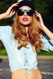 Levensstijl blond modelmeisje in toevallige doek met roze lippen Stock Afbeelding