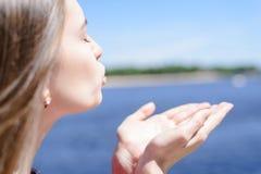 Levensstijl die weer van goed zonnig dag het zonnebaden concept genieten r stock afbeelding