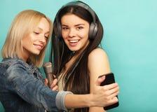 Levensstijl, emotie en mensenconcept: Gelukkige meisjes met microp Royalty-vrije Stock Afbeelding