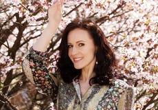 Levensstijl en mensenconcept: De jonge vrouw gelukkige het glimlachen het genieten van dag van de de lentezomer stock fotografie
