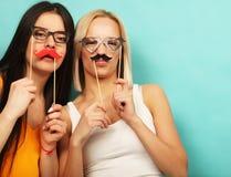 Levensstijl en mensenconcept: modieuze meisjes klaar voor partij Royalty-vrije Stock Afbeelding