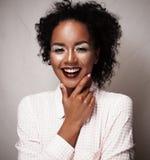 Levensstijl en mensenconcept: Portret van het mooie jonge Afrikaanse vrouw glimlachen royalty-vrije stock afbeeldingen