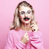 Levensstijl en mensenconcept: speelse jonge vrouw klaar voor partij royalty-vrije stock afbeelding