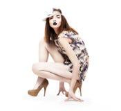 Levensstijl. Glam. De handige Ultramodern zitting van de Vrouw in Hielen. Manier & Glamour Royalty-vrije Stock Foto