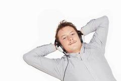 Levensstijl - jonge mens die aan muziek luistert Stock Afbeelding
