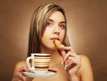 Levensstijl, mensen en voedselconcept: jonge mooie vrouw het drinken koffie met dessert stock afbeelding