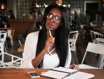 Levensstijl, onderwijs en mensenconcept: Mooi Afrikaans meisje royalty-vrije stock afbeeldingen