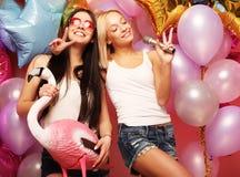 Levensstijl, partij en mensenconcept: Gelukkige meisjes met microphon Stock Foto